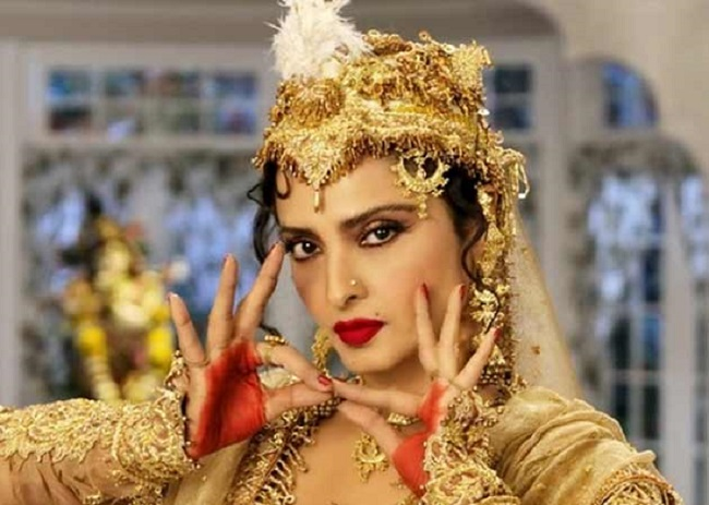 Rekha Revealed the Conspiracy behind Lip lock